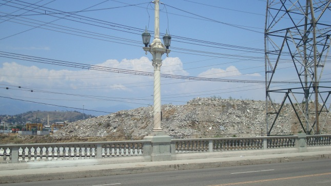 A huge mound of debris on the north side of the bridge.