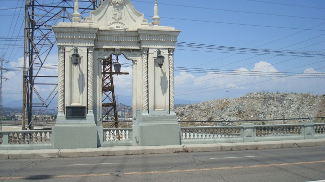 One of the porticoes that decorate the bridge.